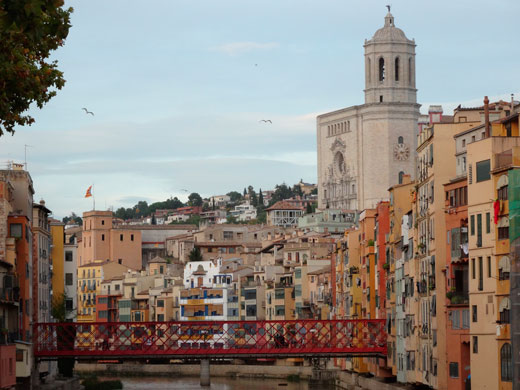 Red Bridge over River and Cathedral Giro (CC BY 2.0) by amanderson2